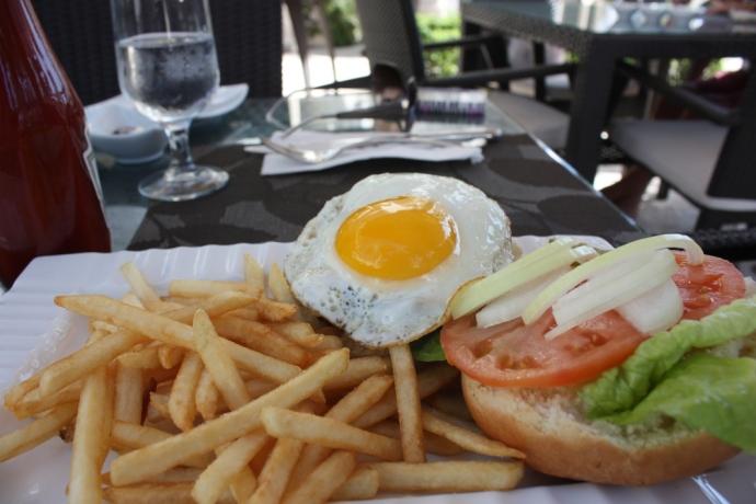 Le Bouchon - Burger with egg